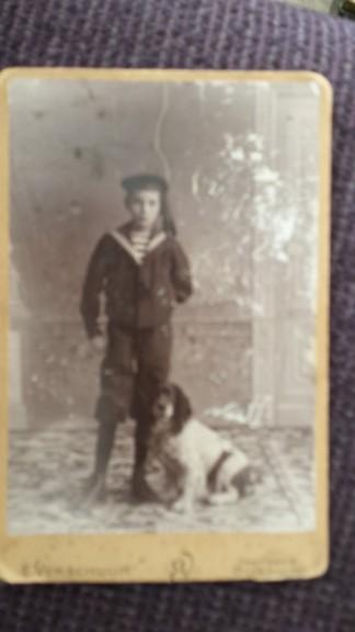Mijn opa in matrozenpak met zijn hond. Dat de foto zo onscherp is, ligt aan mij, betere foto volgt.